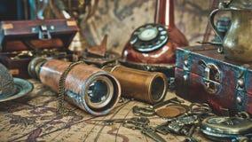Contenitore di legno di tesoro del telescopio classico d'annata fotografia stock
