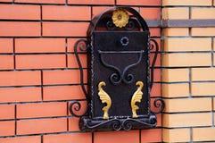 Contenitore di metallo della posta su un muro di mattoni fotografie stock libere da diritti