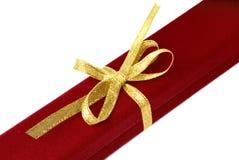Contenitore di monili rosso con il nastro dell'oro Immagine Stock Libera da Diritti