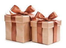 Contenitore di oro con i regali e l'arco di marrone Fotografia Stock Libera da Diritti