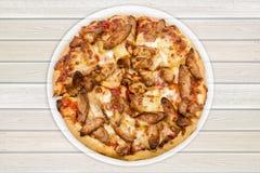 Contenitore di pizza di salsiccia messo su fondo di legno Alto chiuso Cli fotografie stock libere da diritti