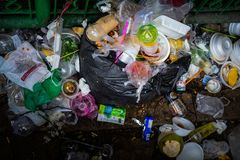 Contenitore di plastica di alimento della schiuma e della bottiglia in uno scarico Fotografia Stock Libera da Diritti