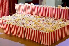 Contenitore di popcorn per i film immagini stock