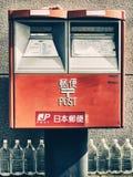 Contenitore di posta con la fila delle bottiglie di acqua Tokyo Immagini Stock
