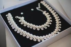 Contenitore di regalo aperto con l'insieme della perla della collana e immagini stock libere da diritti