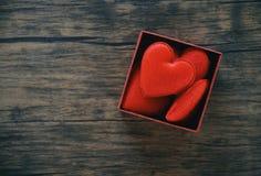 Contenitore di regalo aperto e cuore rosso romantici in sorpresa della scatola/scatola attuale rossa con cuore completo per il re immagini stock