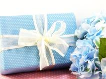 Contenitore di regalo attuale con uso della decorazione dell'arco per varietà di festa Immagini Stock