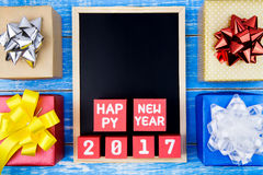 Contenitore di regalo attuale, numero del buon anno e della lavagna 2017 sulla r Fotografie Stock Libere da Diritti