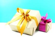 Contenitore di regalo avvolto in carta riciclata con l'arco del nastro per natale ed il nuovo anno Fotografia Stock Libera da Diritti