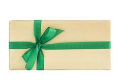 Contenitore di regalo avvolto con il nastro verde isolato sopra bianco Immagini Stock