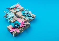 Contenitore di regalo avvolto nel fondo blu della carta del mestiere Copi lo spazio immagine stock libera da diritti