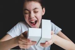 Contenitore di regalo bianco aperto della ragazza felice con il sorriso, felicità fotografia stock