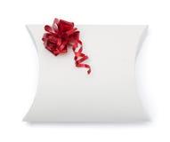 Contenitore di regalo bianco con il color scarlatto del nastro Fotografia Stock Libera da Diritti