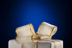 Contenitore di regalo bianco con il nastro dell'arco fotografie stock