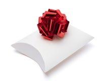 Contenitore di regalo bianco con il nastro e l'arco rossi Fotografia Stock