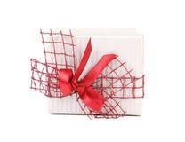 Contenitore di regalo bianco con il nastro e l'arco rossi Immagini Stock Libere da Diritti