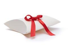 Contenitore di regalo bianco con il nastro rosso Fotografia Stock Libera da Diritti
