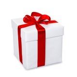 Contenitore di regalo bianco con il nastro rosso e l'arco, isolati su backgr bianco Fotografia Stock Libera da Diritti
