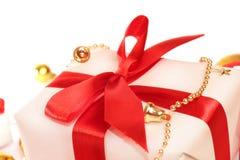 Contenitore di regalo bianco con l'arco Fotografia Stock Libera da Diritti