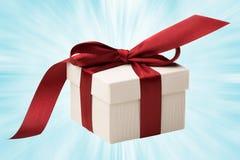 Contenitore di regalo bianco con l'arco rosso Immagine Stock