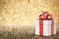 Contenitore di regalo bianco con l'arco rosso del nastro Fotografia Stock