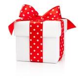 Contenitore di regalo bianco con l'arco rosso del nastro del pois isolato sulla b bianca fotografie stock libere da diritti