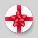 Contenitore di regalo bianco con la vista superiore rossa del nastro e dell'arco Immagine Stock