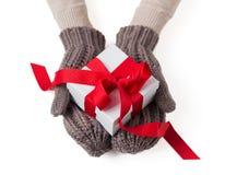 Contenitore di regalo bianco nei guanti della lana fotografia stock