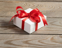 Contenitore di regalo bianco su fondo di legno Immagini Stock Libere da Diritti