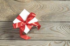 Contenitore di regalo bianco su fondo di legno Fotografie Stock