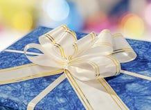 Contenitore di regalo blu con il nastro e l'arco bianchi e dorati Fotografie Stock
