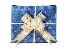 Contenitore di regalo blu con il nastro e l'arco bianchi e dorati Immagini Stock Libere da Diritti