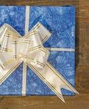 Contenitore di regalo blu con il nastro e l'arco bianchi e dorati Immagine Stock Libera da Diritti