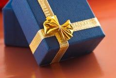 Contenitore di regalo blu con l'arco fotografie stock libere da diritti