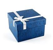 Contenitore di regalo blu con l'arco del nastro su bianco Immagini Stock Libere da Diritti