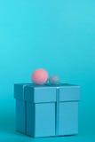 Contenitore di regalo blu con la decorazione Immagini Stock Libere da Diritti