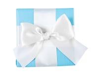 Contenitore di regalo blu con la vista bianca del nastro dalla cima Fotografia Stock Libera da Diritti