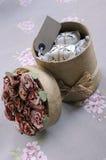Contenitore di regalo cilindrico riempito di presente Fotografia Stock