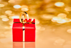 Contenitore di regalo con fondo dorato Fotografia Stock Libera da Diritti