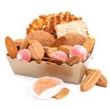 Contenitore di regalo con i biscotti e la caramella della frutta isolata Fotografia Stock