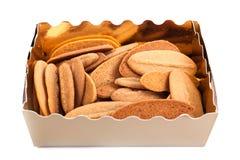 Contenitore di regalo con i biscotti e la caramella della frutta isolata Fotografie Stock