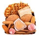 Contenitore di regalo con i biscotti e la caramella della frutta isolata Immagini Stock