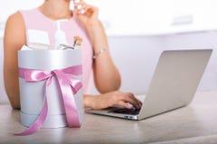 Contenitore di regalo con i cosmetici Fotografia Stock Libera da Diritti