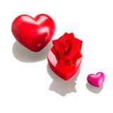 Contenitore di regalo con i cuori rossi per i biglietti di S. Valentino su bianco Fotografie Stock Libere da Diritti