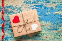 Contenitore di regalo con i cuori su fondo d'annata blu Fotografia Stock Libera da Diritti