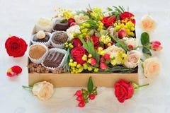 Contenitore di regalo con i fiori e le caramelle fatti di cioccolato Fotografia Stock Libera da Diritti