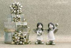 Contenitore di regalo con i piccoli angeli del nastro Decorazione di feste Fotografia Stock