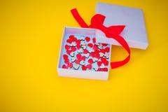 Contenitore di regalo con i piccoli cuori Immagine Stock