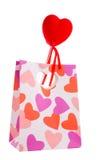 Contenitore di regalo con il cuore del biglietto di S. Valentino isolato Fotografia Stock