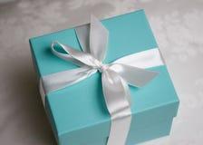 Contenitore di regalo con il nastro Fotografia Stock